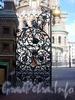 Створка ворот ограды Михайловского сада со стороны канала Грибоедова. Фото август 2004 г.