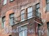 Ул. Шкапина, д. 28. Ограждение балкона эркера. Фото сентябрь 2011 г.