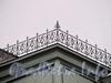 Наб. Робеспьера, д. 22. Фрагмент декоративной решетки на башенке, венчающей здание. Фото ноябрь 2011 г.