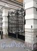 Наб. Робеспьера, д. 22. Ограда с воротами, соединяющая корпуса. Фото ноябрь 2011 г.