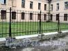 Инструментальная ул., д. 3, лит. П. Ограда вдоль корпуса. Фото сентябрь 2011 г.