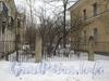 Ограда между домами 31 корпус 3 (слева) и 33 (справа) по Севастопольской ул. Фото февраль 2012 г.