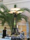 Проспект Римского-Корсакова, дом 5-7. Отель «Амбассадор». Торшер в лобби-баре. Фото 14 июня 2013 г.