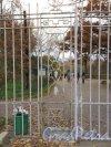 Ограда Государственного музея-заповедника «Павловск» со стороны Конюшенной улицы. Фото 13 октября 2013 г.