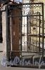 Решетка ворот между домами 65 и 69 по 8-ой линии В.О. Апрель 2009 г.