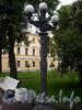 Лермонтовский пр., д. 54. Фонарь у здания бывшего Николаевского кавалерийского училища. Фото июль 2009 г.