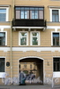 Пр. Римского-Корсакова, д. 79-81 / Дровяной пер., д. 9. Решетка ворот и балкон. Фото август 2009 г.