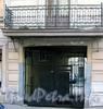 Столярный пер., д. 7 / Гражданская ул., д. 18. Решетки балкона и ворот. Фото август 2009 г.