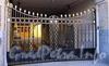 Малая Конюшенная ул., д. 3. Доходный дом Шведской церкви св. Екатерины. Решетка ворот. Фото июль 2009 г.