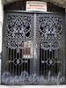 Ул. Чайковского, д. 79. Доходный дом Соболевых. На решетке ворот можно найти вензель бывшего владельца. Фото сентябрь 2009 г.