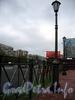 Памятник С. А. Есенину на пересечении Северного проспекта и улицы Есенина. Фонари и решетка. Фото октябрь 2009 г.