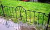 Ограждение газона у дома 46 по 4-ой Советской улице. Фото август 2009 г.