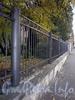 Ограда сквера между домами 45 и 51 по ул. Черняховского. Фото октябрь 2009 г.
