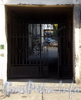 Ул. Черняховского, д. 51. Решетка ворот. Фото октябрь 2009 г.