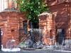 Большой пр. В.О., д. 73. Фрагмент ограды Васильевской части между домами 71 и 73. Фото сентябрь 2009 г.