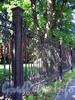 23-я линия В.О., д. 16. Фрагмент ограды больницы Санкт-Петербургского биржевого купечества в память императора Александра II (Детской инфекционной больницы № 3). Фото сентябрь 2009 г.