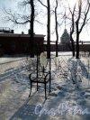 Петропавловская Крепость. Комендантский дом. Сквер у дома с композицией «12 стульев». 2007 г. Фрагмент Фото март 2012 г.