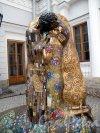 """Елагин остров, дом 6. Конюшенный корпус. Скульптурная реминисценция картины Г. Климта """"Поцелуй"""". ск. А. Таратынов (р. в 1956) Фото июль 2012 г."""