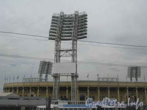 Петровский остров, дом 2. Мачта освещения стадиона. Вид с Тучкова моста. Фото 26 июня 2012 г.