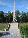 Конштадтское кладбище. Памятная стела воинам около Кронштадтского кладбища. Вид с Кронштадтского шоссе. Фото 20 июля 2012 г.