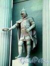 Нарвские Триумфальные ворота. Статуя воина левая строна. Фото апрель 2012 г.
