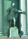 Нарвские Триумфальные ворота. Статуя воина правя сторона. Фото апрель 2012 г.