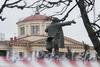 Памятник Ленину у Финляндского вокзала после акта вандализма 01.04.09. Фото с сайта «Мой район»