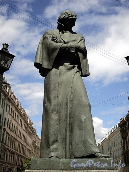 Памятник фН. В. Гоголю на Малой Конюшенной улице. Фото июнь 2010 г.