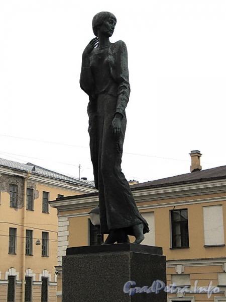 Памятник А. А. Ахматовой в сквере между набережной Робеспьера и Шпалерной улицей. Фото ноябрь 2011 г.