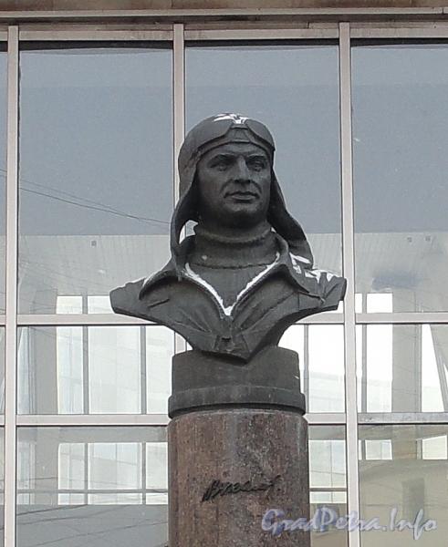 Бюст Валерия Павловича Чкалова на входе на станцию метро «Чкаловская». Фото март 2012 г.