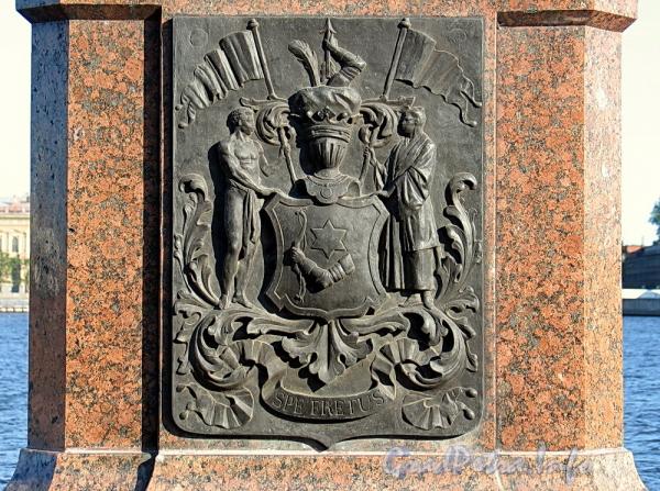 Памятник И. Ф. Крузенштерну на набережной Лейтенанта Шмидта. Бронзовая доска с изображением герба мореплавателя. Фото июнь 2011 г.