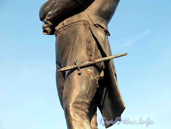 Памятник И. Ф. Крузенштерну на набережной Лейтенанта Шмидта. Бронзовый кортик. Фото июнь 2011 г.