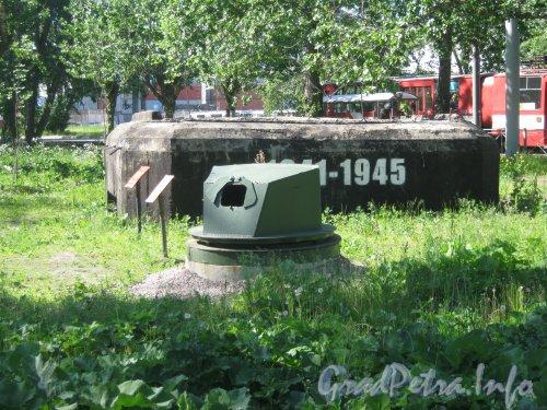 ДОТ «Рубеж «Ижора» » (на заднем плане) и Бронированная огневая точка «Ижорская башня» (на переднем плане) с нечётной стороны Кронштадтской ул. возле пересечения с Корабельной ул. Фото 13 июня 2012 г.