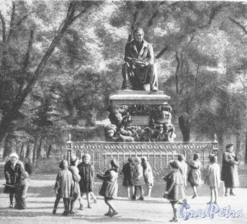 Памятник И.А. Крылову в Летнем саду. Фотоальбом «Ленинград», 1959 г.
