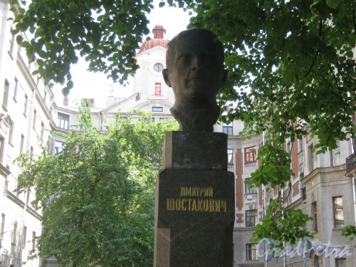 Кронверкская ул., дом 29/37, литера Б. Памятник Д.Д. Шостаковичу во дворе дома со стороны Кронверкской ул. Фото 7 июля 2012 г.