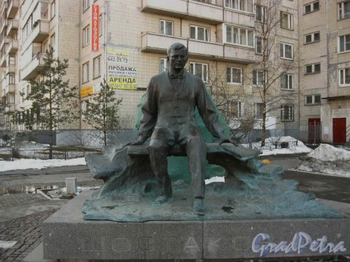 Памятник Д.Д. Шостаковичу у пересечения проспекта Энгельса с улицей Шостаковича. Фото 3 апреля 2013 г.