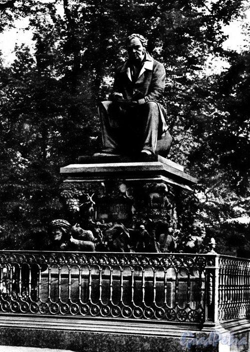 Памятник И. А. Крылову в Летнем саду. Фото М. Величко (из набора открыток «Памятники Ленинграда», 1957 год)