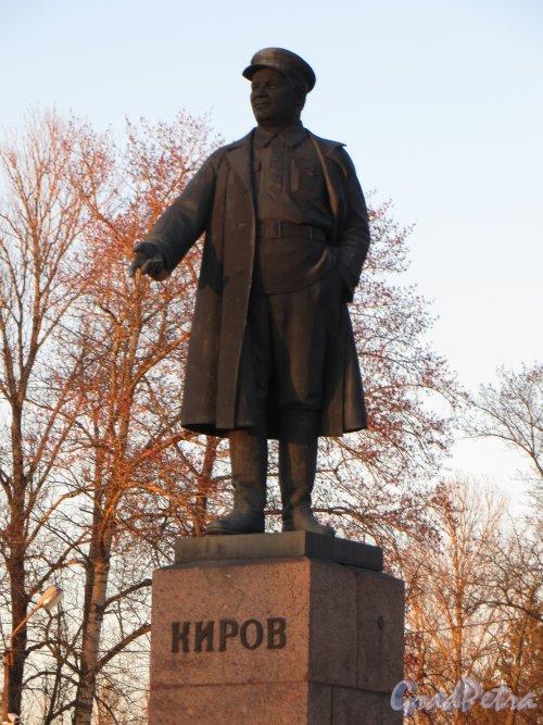 Памятник С.М. Кирову на Театральной площади в городе Кировск. Фото 6 мая 2013 г.