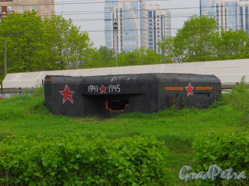 ДОТ на берегу Волковского канала у дома 41, корп. 1 по Витебскому проспекту. Вид со стороны Белградской улицы. Фото 17 мая 2013 г.