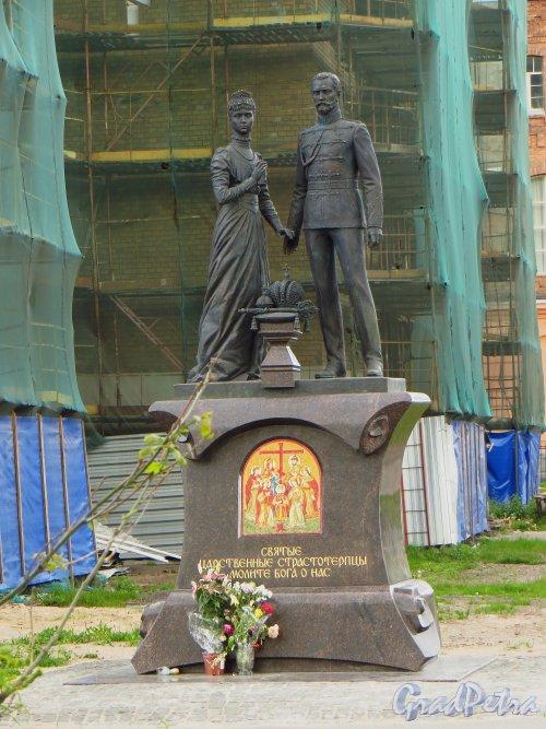 Памятник святым великомученикам императору Николаю II и императрице Александре Федоровне. Фото 30 мая 2013 г.