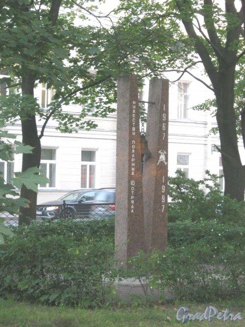 Памятный знак «Мужеству пожарных 10 отряда» на территории пожарной части на углу Рузовской ул. и Загородного пр. Фото сентябрь 2013 г.