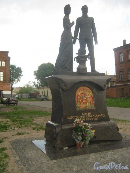 Памятник Николяю II и императрице Александре около храма Воскресения Христова у бывшего Варшавского вокзала (наб. Обводного канала, д. 116а). Общий вид .Фото 30 мая 2013 г.