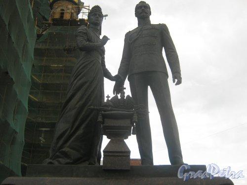 Памятник Николяю II и императрице Александре около храма Воскресения Христова у бывшего Варшавского вокзала (наб. Обводного канала, д. 116а). Верхняя часть .Фото 30 мая 2013 г.