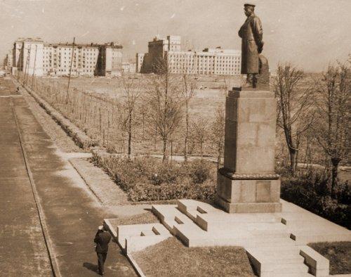 Памятник И.В. Сталину на Средней Рогатке Ск. Н.В. Томский, арх. Б.Н.журавлев, 1949