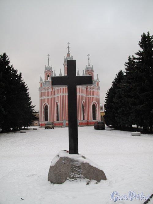 Чесменское кладбище. Мемориальный крест со стророны кладбища