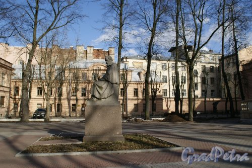 Памятник Лесгафту П.Ф. Адрес: наб. реки Мойки, д. 106, Фото апрель 2013 г.