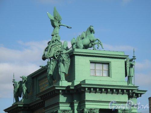 Нарвские Триумфальные ворота. Фронтон сбоку. Фото апрель 2012 г.