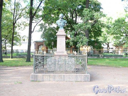 Памятник-бюст Петру I. Адрес: Петровская наб. д.6. Сквер перед перед Домиком Петра I. фото сентябрь 2013 г.