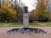 Бюст Карлу Марксу в саду Смольного. Фото октябрь 2010 г.