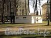 Постройка (вероятно, бывший туалет) в Лопухинском саду. Фото апрель 2011 г.